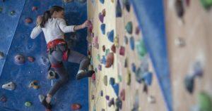 fille qui escalade sur mur artificiel
